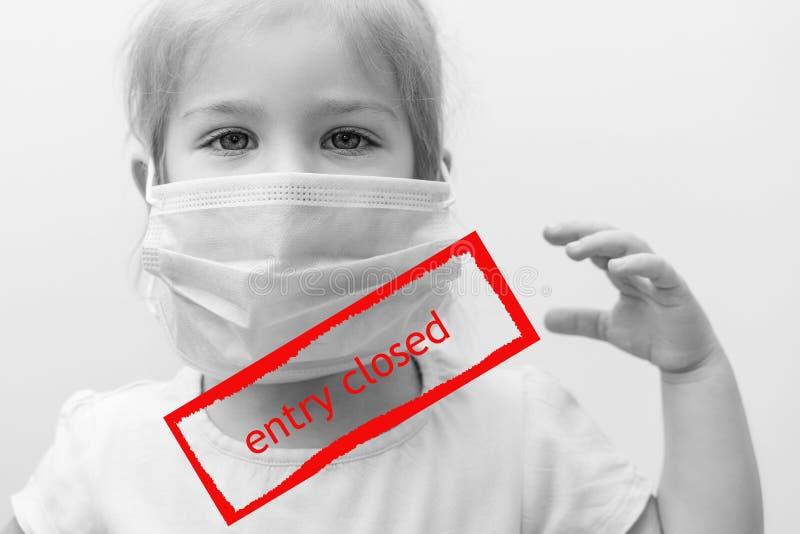 Schwarz-Weiß-Portrait 'Europäisches Kind in ärztlicher Maske mit erhöhter Hand' rote Aufschrift im Rahmen `Eintrag geschlossen Um lizenzfreie stockbilder