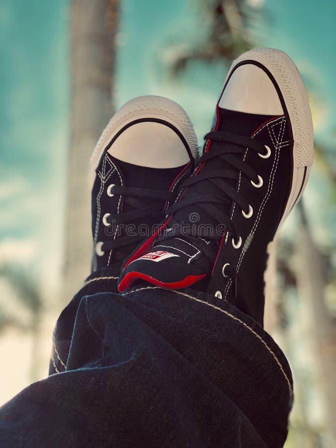 Schwarz-Weiß-Sneakers der unteren Preisklasse stockbild