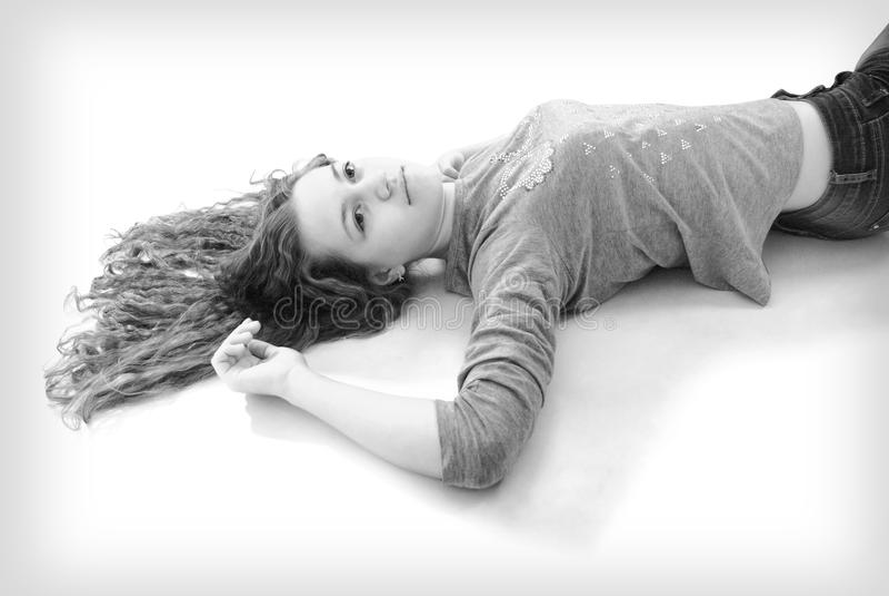 Schwarz-weißes Porträt des jungen Mädchens lizenzfreie stockbilder