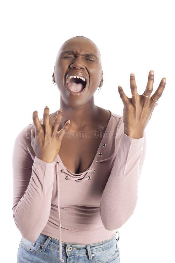Schwarzafrikaner-amerikanische Frau mit der kahlen Frisur, die ver?rgert schaut stockbild