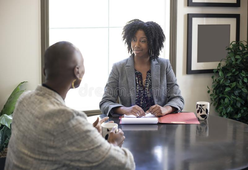 Schwarzafrikaner-amerikanisches Gesch?ftsfrau-Treffen lizenzfreie stockfotos