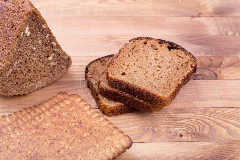 Schwarzbrot und kleine Breadsticks stockfotos