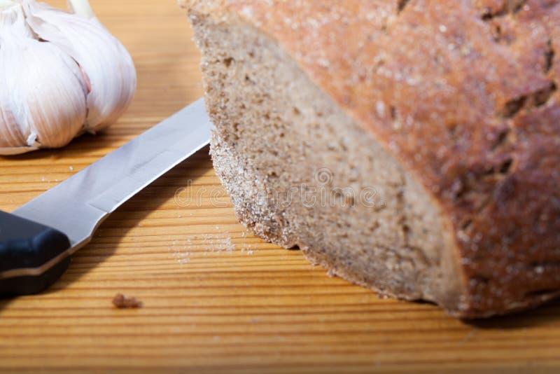 Schwarzbrot und Messer lizenzfreie stockbilder
