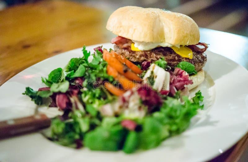 Schwarze Angus-Burger lizenzfreies stockbild