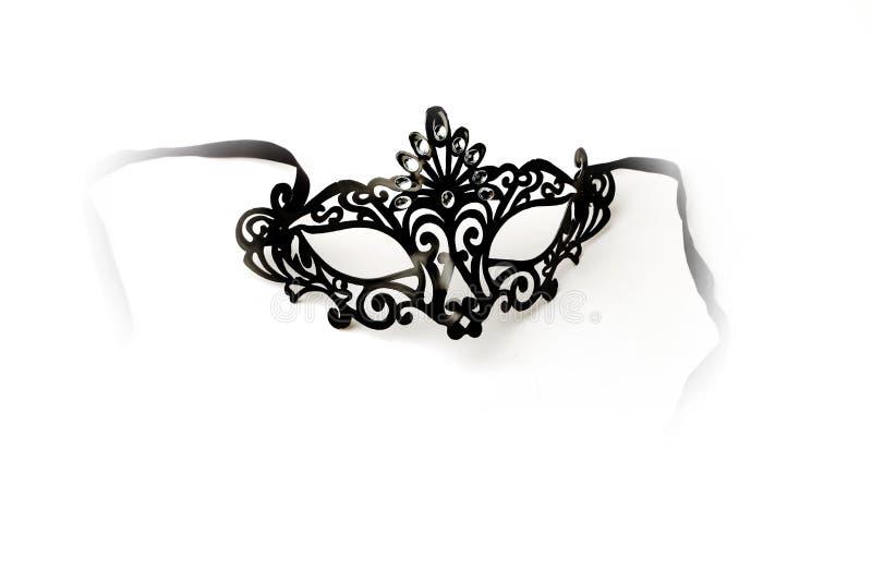 Schwarze aufwändige Maskerade-Maske auf weißem Hintergrund stockbilder