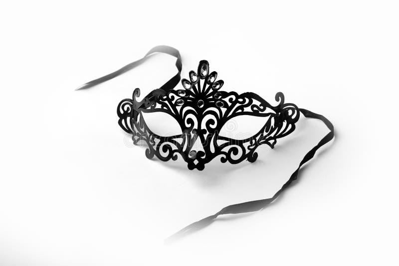 Schwarze aufwändige Maskerade-Maske auf weißem Hintergrund lizenzfreies stockbild