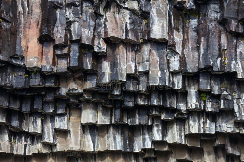Schwarze Basaltsäulen von Reynisfjara-Aussehung wie enormen Bleistiften, ein weltberühmter Schwarzsandstrand gefunden auf der Süd lizenzfreie stockfotos