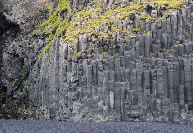 Schwarze Basaltsäulen von Reynisfjara-Aussehung wie enormen Bleistiften, ein weltberühmter Schwarzsandstrand gefunden auf der Süd stockfotos