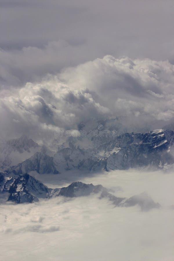 Schwarze Berge im Nebel stockfotografie