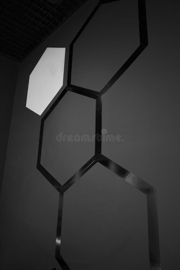 Schwarze Bienenwabenwand stockbilder