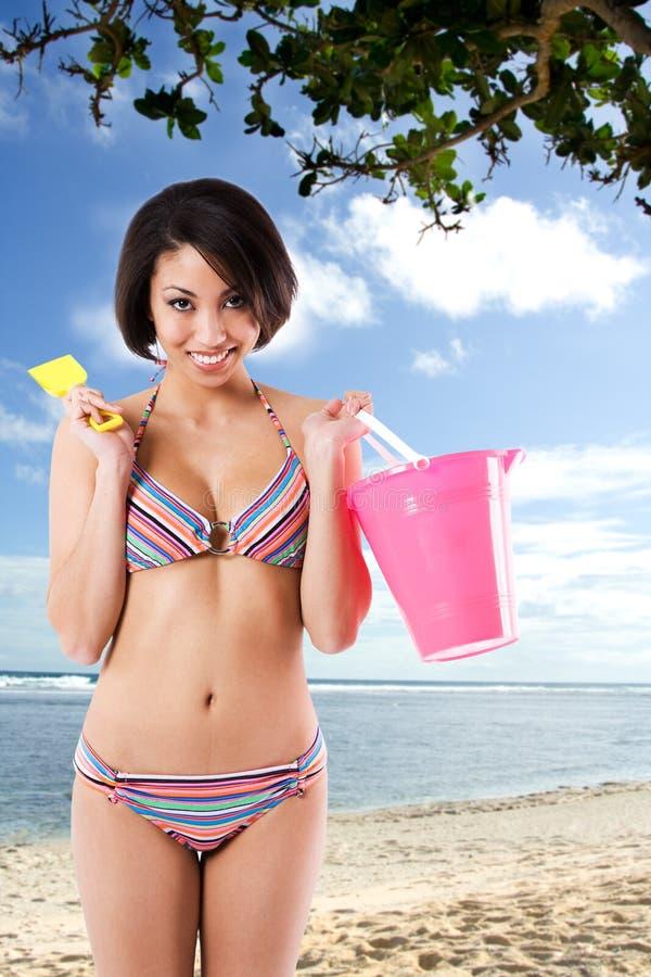 Schwarze Bikinifrau am Strand lizenzfreies stockfoto