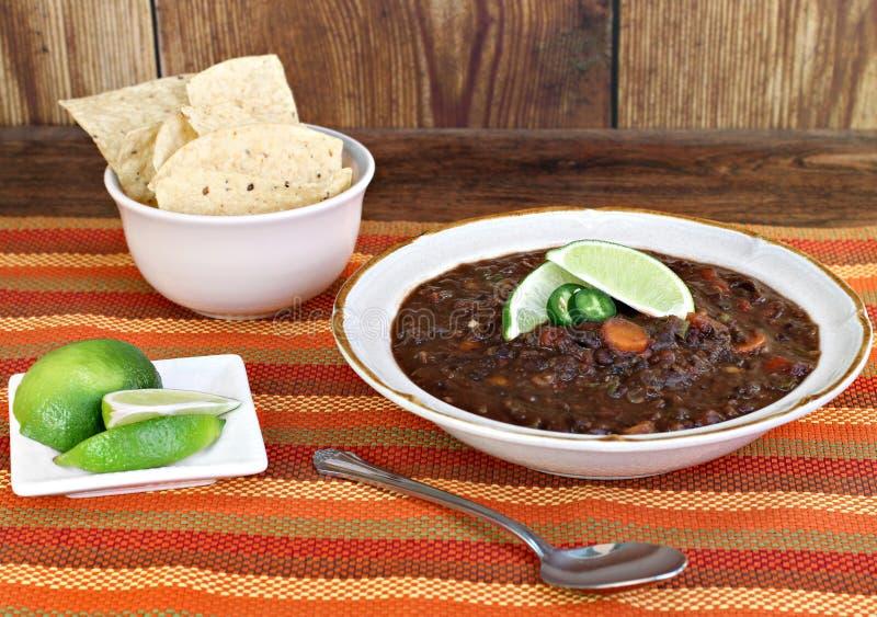 Schwarze Bohnensuppe mit frischem Kalk stockbilder