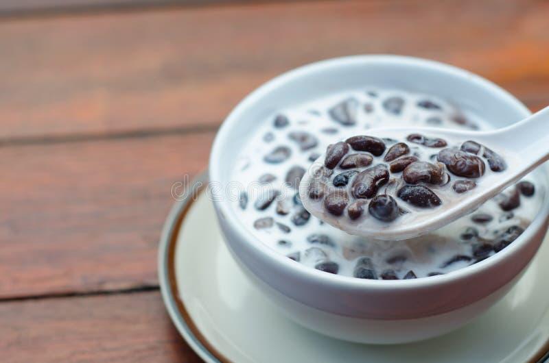Schwarze Bohnensuppe mit Kokosmilch stockfotografie