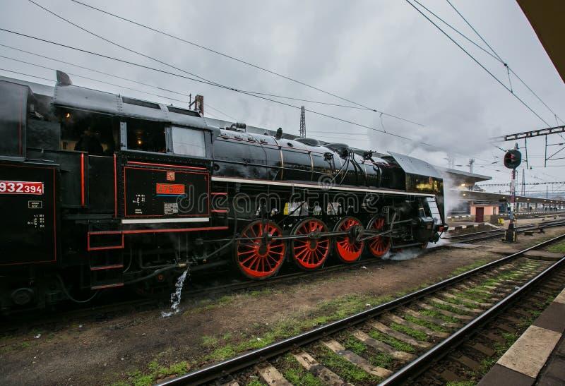 Schwarze Dampfmaschine mit den zarten und roten Rädern stockbilder