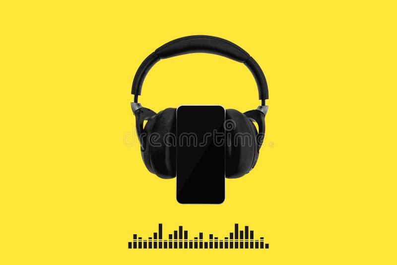 Schwarze drahtlose Kopfhörer lokalisiert auf gelbem Hintergrund mit Schallwellen der Handy- und Musiksichtbarmachung, Entzerrerst lizenzfreie abbildung