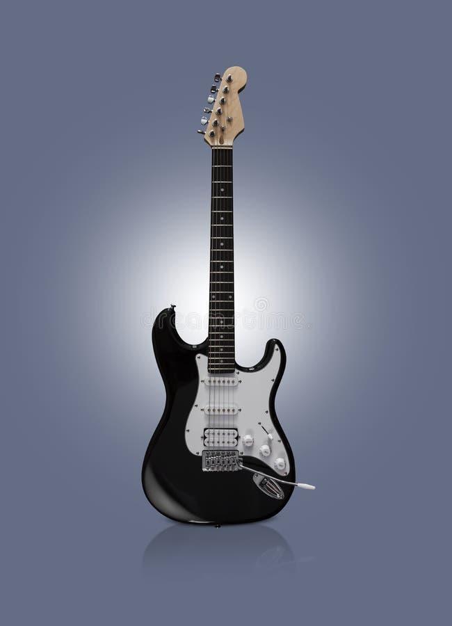 Schwarze E-Gitarre auf schwarzem Hintergrund lizenzfreie stockfotos