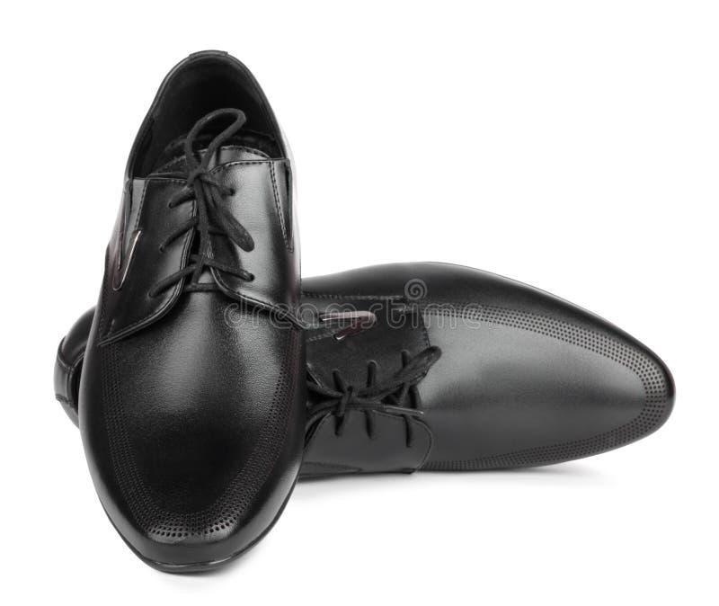 Schwarze elegante Männer ` s Schuhe auf lokalisiertem Hintergrund stockbild