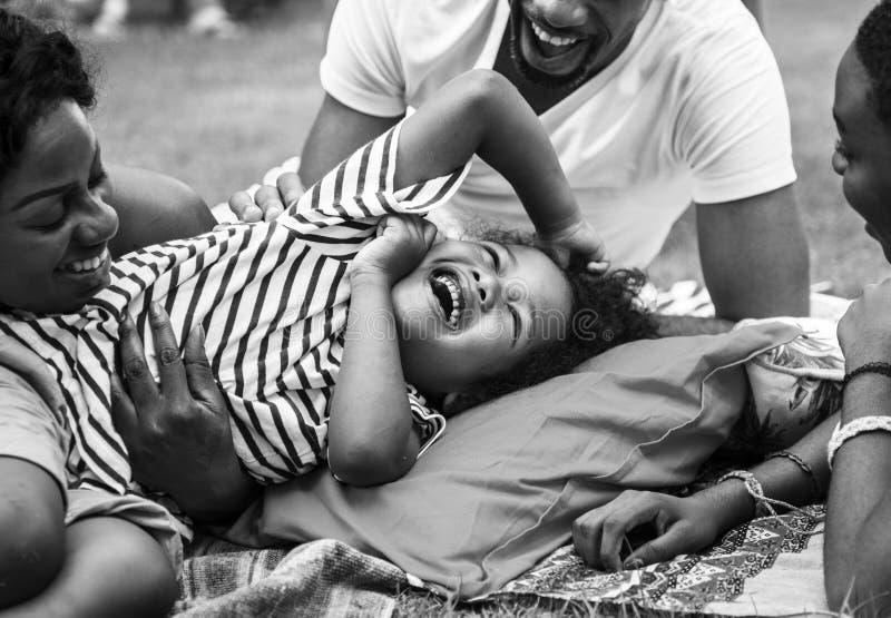 Schwarze Familie, die zusammen Sommer an Hinterhof Grayscale genießt lizenzfreies stockfoto