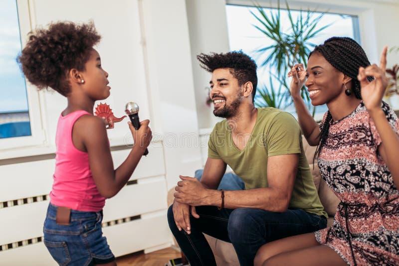 Schwarze Familie genießen, Karaoke zu singen stockfoto