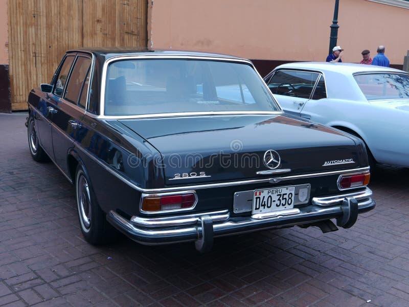 Schwarze Farbe Mercedes-Benz 280 S ausgestellt in Lima lizenzfreie stockbilder