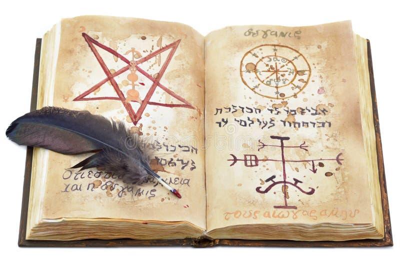 Magisches Buch mit Feder stockfotos
