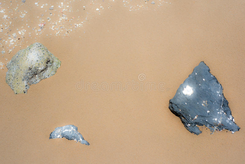 Schwarze Felsenherzform auf Sand lizenzfreie stockbilder