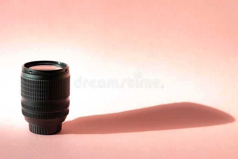 Schwarze Fotolinse auf rosa Hintergrund Klassische Ged?chtnisreise des Technologieentwicklungshippie-Fotografhobbys stockbilder