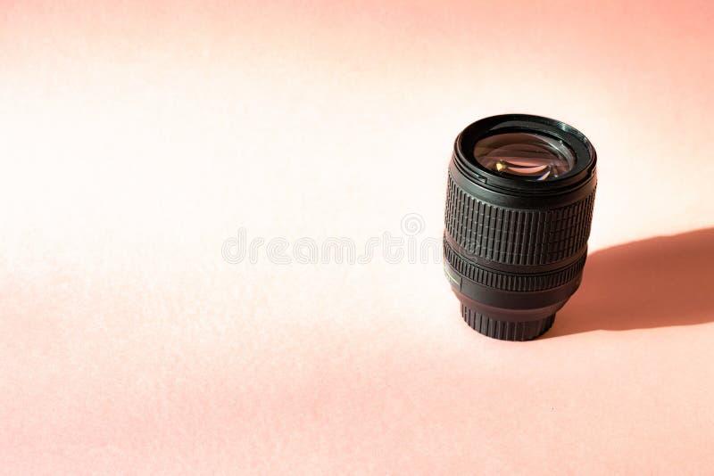 Schwarze Fotolinse auf rosa Hintergrund Klassische Ged?chtnisreise des Technologieentwicklungshippie-Fotografhobbys stockfotos