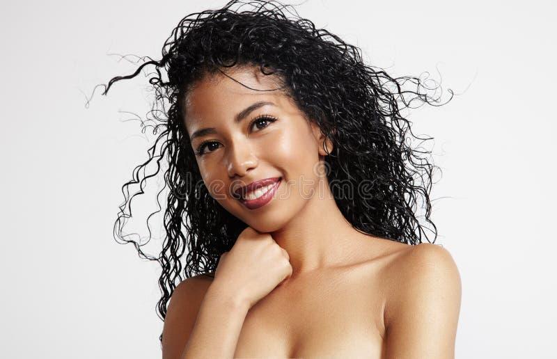 Schwarze Frau der Schönheit mit dem Afrohaar stockfotografie