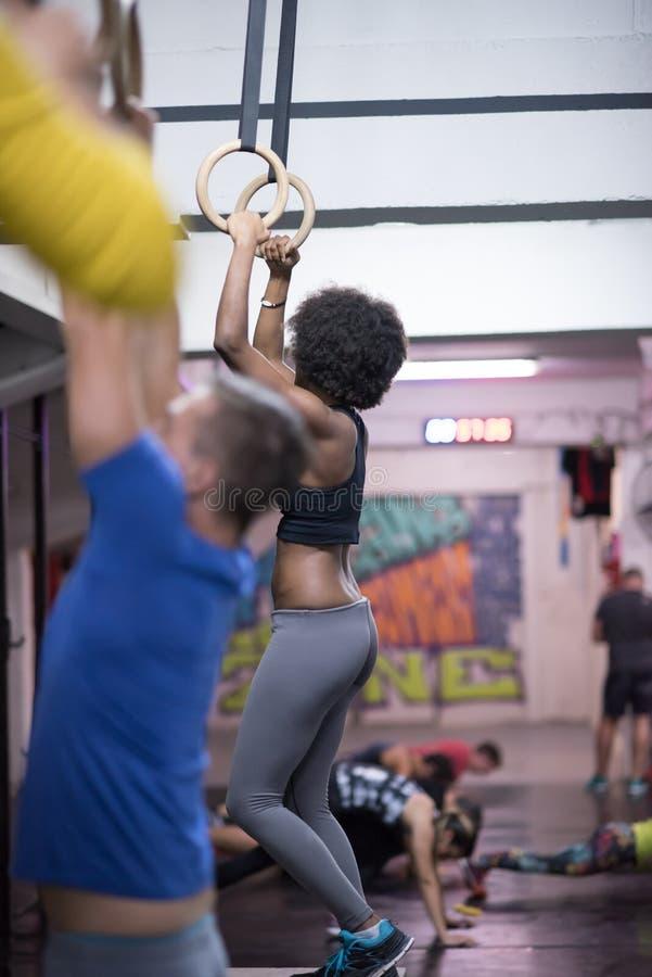 Schwarze Frau, die eintauchende Übung tut lizenzfreie stockfotografie