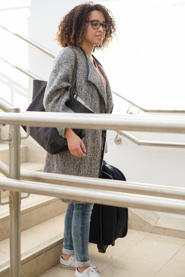 Schwarze Frau, die Gepäck bereit zum Reisen hält stockbilder