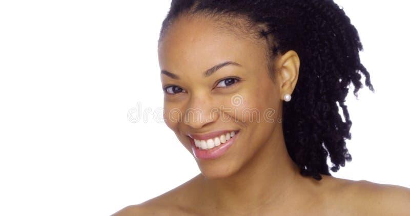 Schwarze Frau, die ihr perliges Weiß vorführt stockbilder