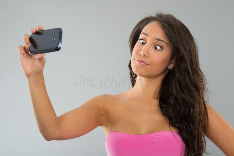 Schwarze Frau, die lustiges selfie nimmt lizenzfreie stockbilder
