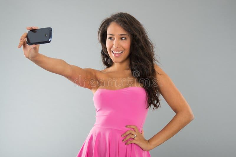 Schwarze Frau, die selfie nimmt stockfoto
