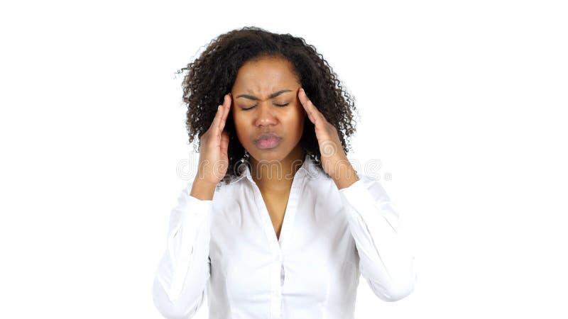 Schwarze Frau Frustratated mit Kopfschmerzen, weißer Hintergrund lizenzfreie stockbilder