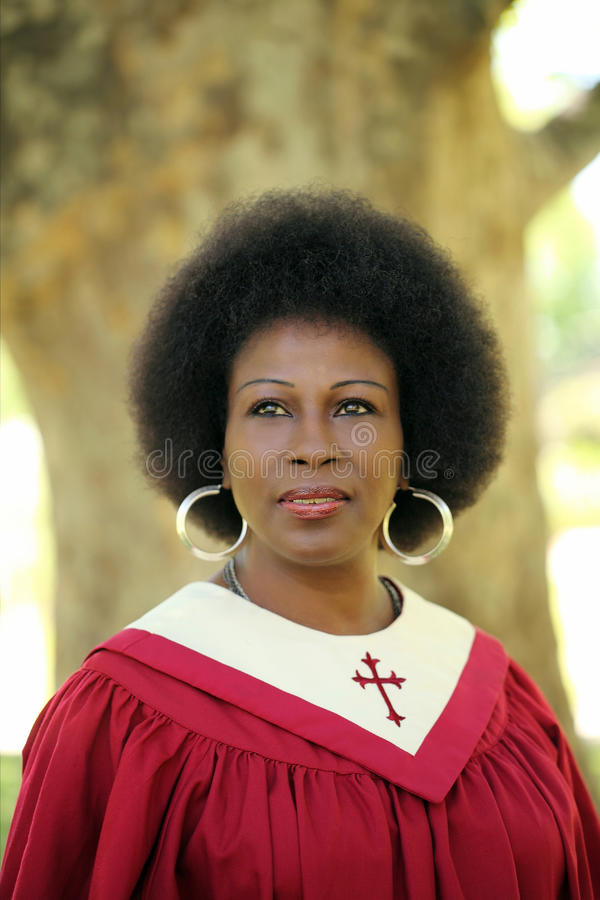 Schwarze Frau im roten Portrait der Kircheroben draußen stockfotografie