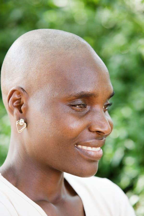 Schwarze Frau mit kahlem Kopf lizenzfreie stockfotos