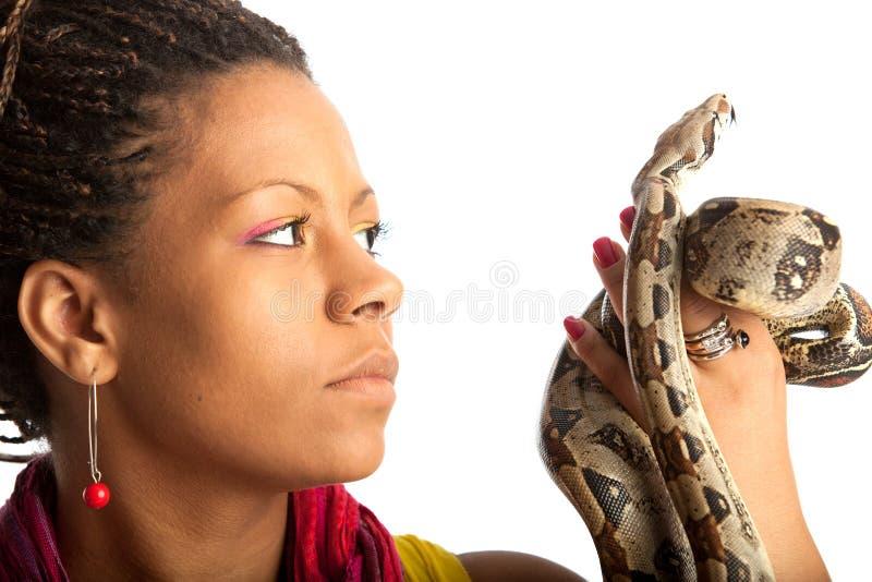 Schwarze Frau mit Pythonschlange stockbild