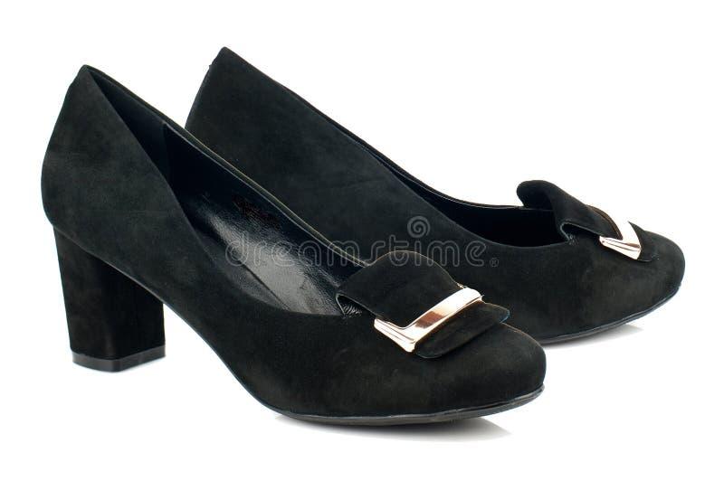 Schwarze Frauenschuhe des Velourslederhohen absatzes lokalisiert auf weißem Hintergrund lizenzfreie stockbilder
