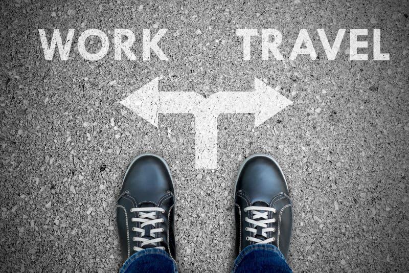Schwarze Freizeitschuhe, die Entscheidung - Arbeit oder Reise treffen lizenzfreie stockfotografie