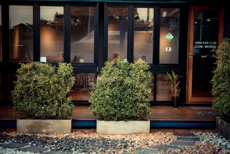 schwarze Front Fenster der Weinlese des Restaurants lizenzfreie abbildung