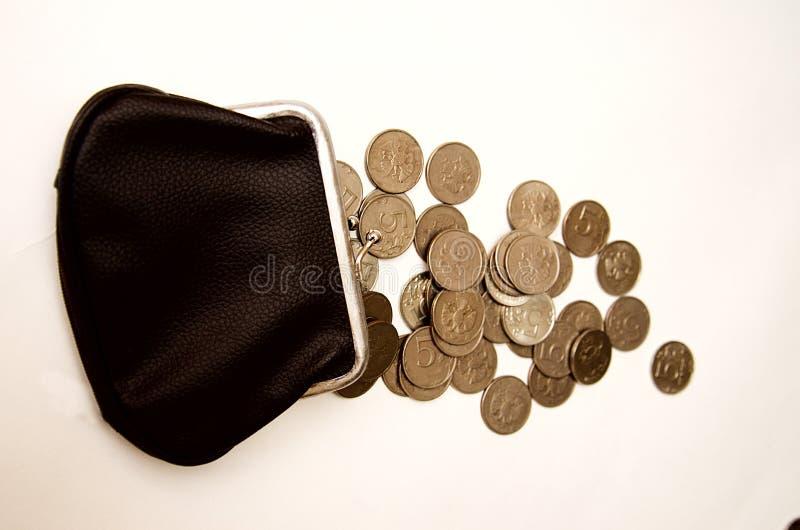 Schwarze Geldbörse mit Münzen auf einem weißen Hintergrund lizenzfreies stockfoto
