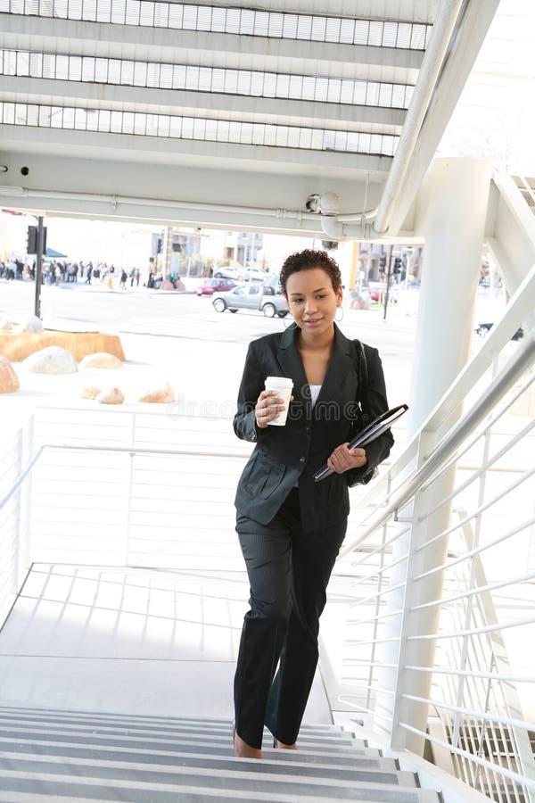 Schwarze Geschäftsfrau lizenzfreie stockfotografie