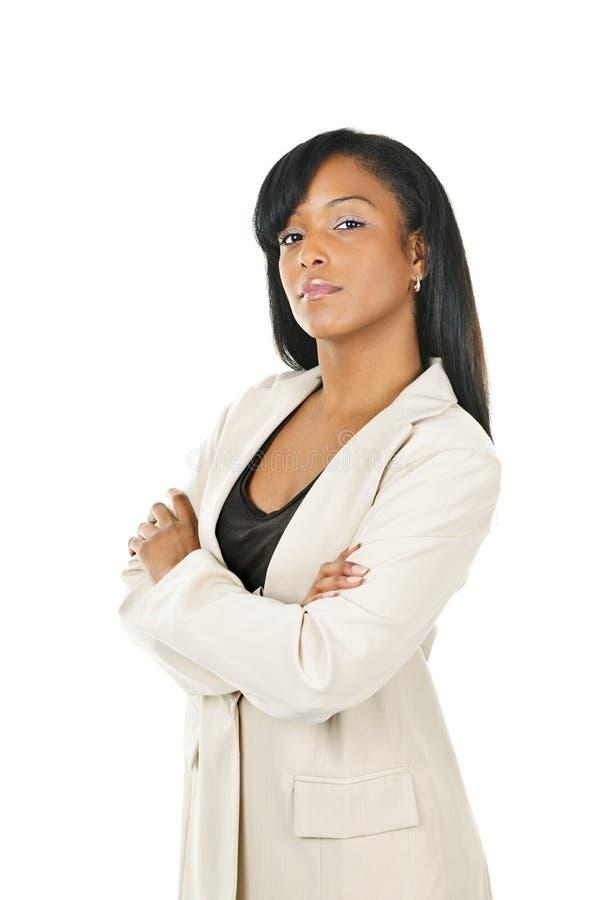 Schwarze Geschäftsfrau mit den Armen gekreuzt lizenzfreies stockbild
