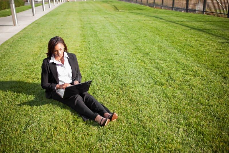 Schwarze Geschäftsfrau mit Laptop lizenzfreie stockfotos