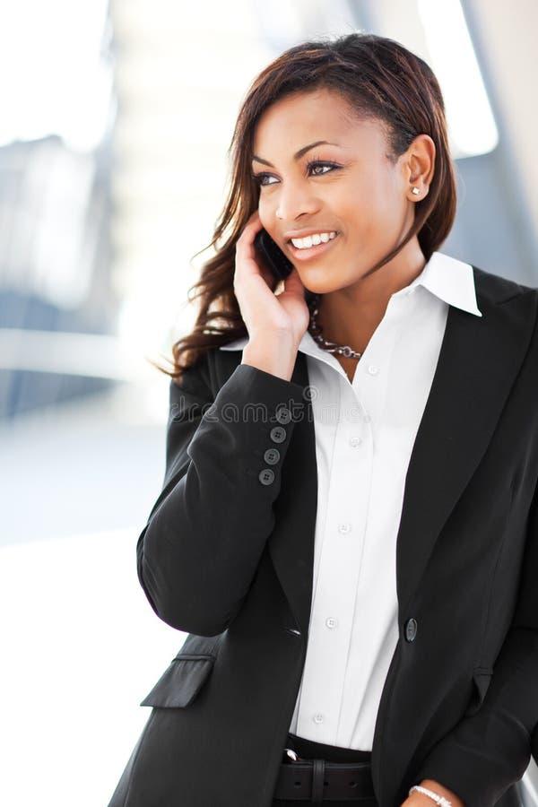 Schwarze Geschäftsfrau am Telefon lizenzfreie stockbilder