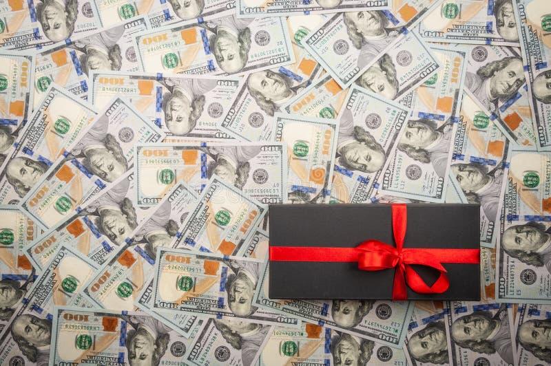 Schwarze Geschenkboxen mit Bogen auf Hintergrund von Dollar Draufsicht, Kopienraum lizenzfreie stockfotografie