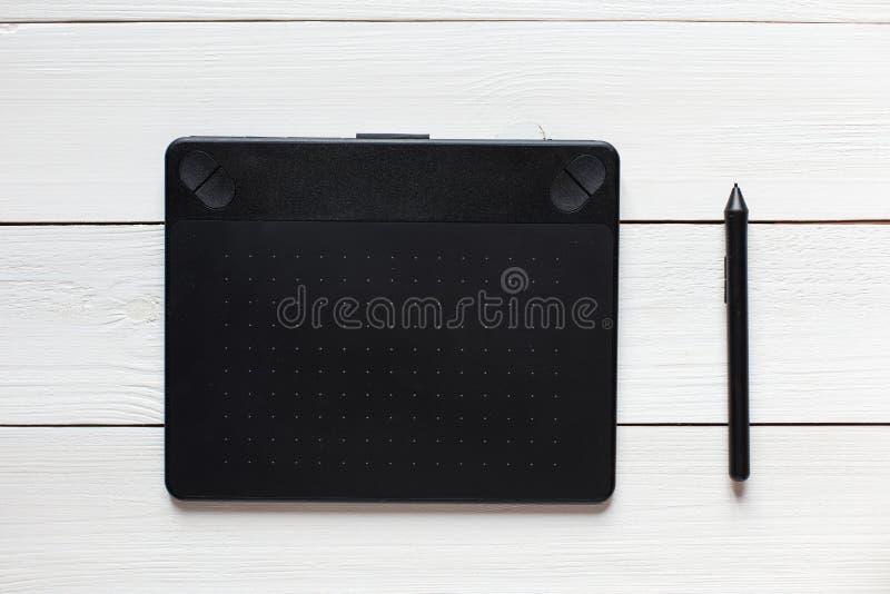 Schwarze grafische Tablette auf dem weißen Desktop Ansicht von oben lizenzfreie stockbilder