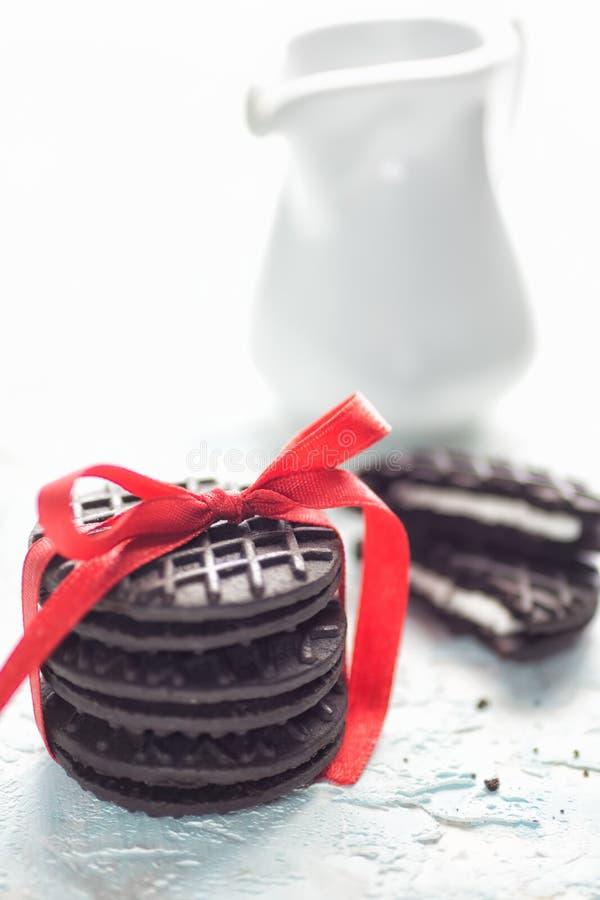 Schwarze Haupt-mede Weihnachtsplätzchen mit rotem Band stockfotografie
