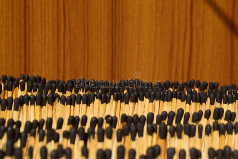 Schwarze Hauptmatchstöcke vereinbart in den Reihen, die attraktiv und reizend schauen lizenzfreies stockfoto